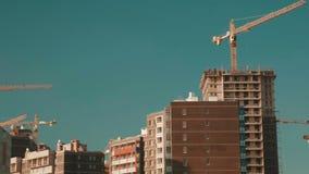 Краны башни и дом здания акции видеоматериалы