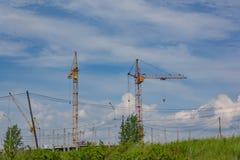 Краны башни на конструкции многоквартирного дома стоковые фотографии rf