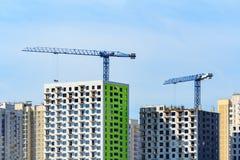 Краны башни строят дома современные панели Стоковые Фотографии RF
