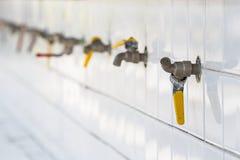 Краны воды в общественной школе Si Sa Ket, Таиланда Стоковые Изображения RF