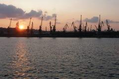Краны в грузе переносят в Одессу на заходе солнца Стоковое фото RF