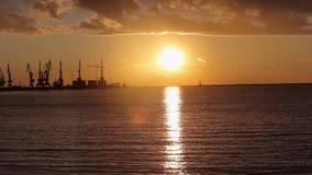 Краны в морском порте на заходе солнца, гавани около морского порта, красивого seascape, большого морского порта на заходе солнца видеоматериал