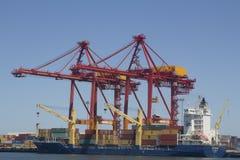 Краны гавани нагружая корабль Перт Австралию славную Стоковое Фото