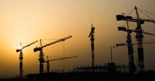 Краны и здание индустриального строительства иллюстрация вектора