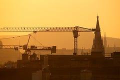 Краны конструкции в городе стоковые фотографии rf
