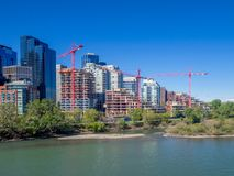 Краны конструкции в Калгари, Альберте стоковое изображение