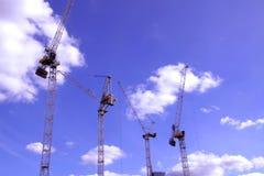 Краны конструкции на голубом небе Стоковое Фото