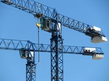 Краны конструкции на предпосылке ясного голубого неба Стоковое Фото