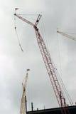 Краны конструкции на siteConstruction здания вытягивают шею на a стоковое изображение rf