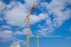 Краны конструкции против красивого cloudscape Стоковое Изображение