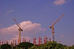 Краны, машинное оборудование и технология башни для современной конструкции Стоковые Фото