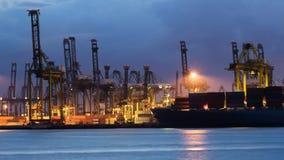 Краны нагружая контейнеры на дворе корабля Стоковое фото RF