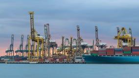 Краны нагружая контейнеры на дворе корабля Стоковое Фото