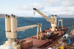 Краны на палубе, корабле Tanir сух-груза стоковые изображения