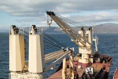 Краны на палубе, корабле Tanir сух-груза стоковое фото