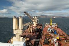 Краны на палубе, сух-грузе, и палубе топливозаправщика стоковое изображение rf