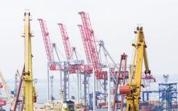Краны на судостроительной верфи в порте торговлей морского пехотинца Стоковые Изображения RF