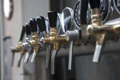 Краны пива и пиво перечисляют в кафе улицы в старом городке в Варшаве, Польше Стоковая Фотография