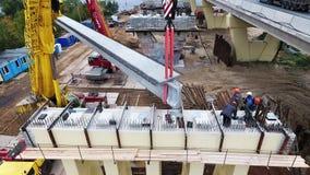 Краны поднимают дорогу и реку конкретного района строительства моста объявления beem близрасположенную акции видеоматериалы