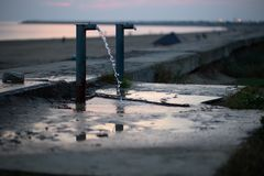 Краны с водой на предпосылке моря стоковая фотография