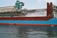Краны ma зернохранилища корабля в порте. Стоковые Изображения