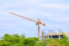 Кран башни в зданиях конструкции город на предпосылке неба с космосом экземпляра добавляет текст Стоковое Изображение RF