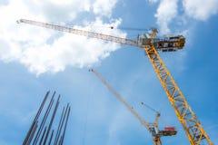 Кран башни - используемый в строительной площадке с небом и облаками Стоковая Фотография