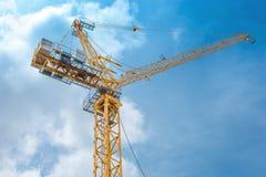 Кран башни - используемый в строительной площадке с небом и облаками Стоковые Изображения