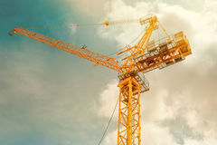 Кран башни - используемый в строительной площадке с небом и облаками Стоковые Изображения RF