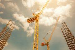 Кран башни - используемый в строительной площадке с небом и облаками Стоковое фото RF