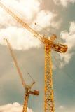 Кран башни - используемый в строительной площадке с небом и облаками Стоковое Изображение RF
