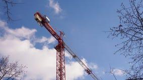 Кран башни конструкции против голубого неба и белых облаков Стоковое Изображение