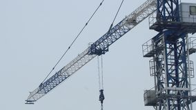 Кран башни на работе видеоматериал