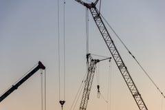 Кран башни на строительной площадке на восходе солнца кливер стоковые изображения rf