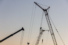 Кран башни на строительной площадке на восходе солнца кливер стоковое фото rf