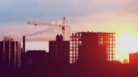 Кран башни работая на конструкторах жилого дома конструкции работая на восходе солнца или заходе солнца видеоматериал