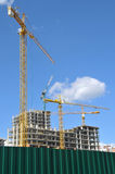 Кран башни работая на строительной площадке, конструкция дома, кран башни против неба, Стоковая Фотография