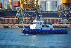 Кран буксира и груза порта Стоковые Фото
