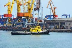 Кран буксира и груза порта Стоковые Фотографии RF