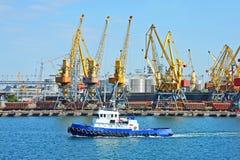 Кран буксира и груза порта Стоковое Фото