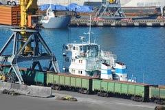 Кран буксира и груза порта Стоковые Изображения