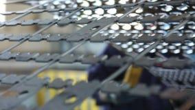 Кран в магазине двигает детали для продукции сейфов акции видеоматериалы