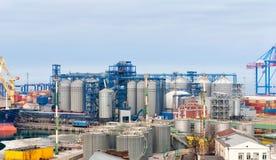 Кран груза и сушильщик зерна в порте Одессе стоковые фотографии rf