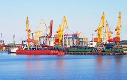 Кран груза, корабль и сушильщик зерна в порте стоковое фото rf