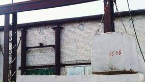 Кран двигает бетонную плиту на промышленном производстве акции видеоматериалы