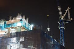 Кран для того чтобы поднять объекты na górze здания стоковая фотография