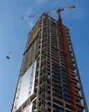 кран жуликов поднимая поднимаясь вес небоскреба Стоковые Фотографии RF