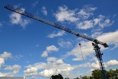 Кран заграждения через всю ширину голубого неба Стоковое Изображение