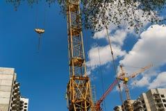 Кран здания на месте проекта Стоковые Фото