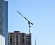 Кран здания и здание под конструкцией Стоковые Фото